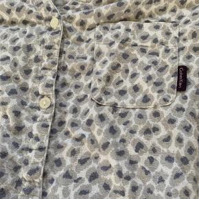 Nedsat fra 50,- til kun 35,- Ingen skader på denne lækre natkjole, men den er slidt og brugt og det kan ses på stoffet. Ingen huller og alle knapper er som de skal være. #secondchancesummer