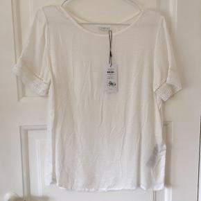 Fin hvid t-shirt i let stof Str 36 Aldrig brugt