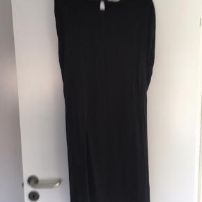 Sort kjole med bindebånd i taljen. Hul i ryggen.