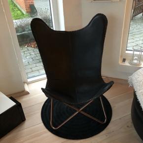 Superfed flagermus stol. Har kun været brugt som pynt. Sælges udelukket pga. Ommøblering.
