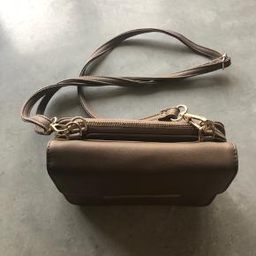 Rigtig sød og smart taske 💓 Den kan fungere på 3 måder - se billeder eller spørg ad ☺️ Den har meget lille tegn på slid, som også ses på billedet, men det ses kun meget tæt på 🌸
