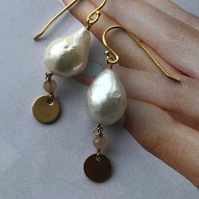 Forgyldte ørekrog med små barok perler dråbeform med lille rosa halvædelsten og mønt.   Kan laves i sølv også.   Perlerne er aldrig helt ens men jeg finder altid to der passer så godt som muligt sammen.