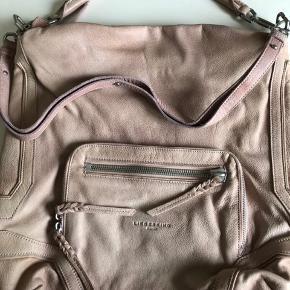 Super lækker taske - brugt en enkelt gang. Farven er svag lyserød Højde ca 40 cm Bredde ca 40 cm Dybde ca 10 cm Indvendig er der et stort lynlåsrum og 2 andre dybe rum. Bytter ikke