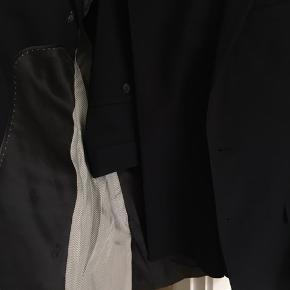 Pænt klassisk marineblåt jakkesæt i ren uld, trænger til en rensning, men er ellers meget velholdt og ikke brugt meget.   Kom med et bud :)
