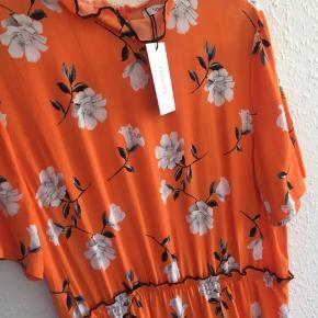 Ny orange sommerkjole med prismærke fra Noella 😍