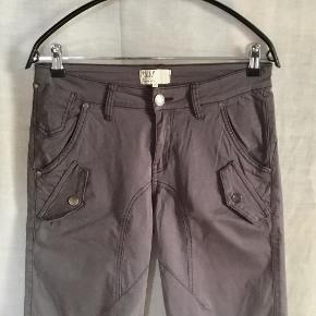 Koksgrå shorts fra PULZ. 5 lommers model + 4 pyntelommer. Masser af stretch. Klædelig model med lidt benlængde. Ingen vaskemærke / modelnavn.  Vasket efter køb - aldrig brugt - forkert størrelse. Oprindelig købspris : 400,- Sender gerne på købers regning : DAO 39,-