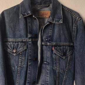 e0267d4a Sælger min fine Levis jakke da jeg desværre ikke får den brugt nok. Jakken  er. Levi's Denimjakke