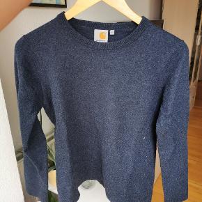 Varm mørkeblå sweater fra Carhatt. Passer en størrelse 36/38 eller en small/medium. Skrumpede i vask, så selvom der står Large er det ikke længere korrekt. Ellers ingen tegn på slid, sælges da der ryddes op i garderoben.  Tjek gerne mine andre annoncer for at se tøj, sportstøj, sæts og mere - mængderabat gives.  Køber betaler forsendelsen eller afhentning aftales.