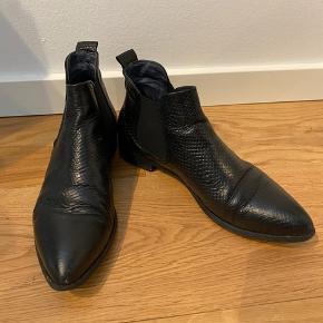 Brugte men gode sko - der er snildt en sæson mere i.   Køber betaler fragt 😊