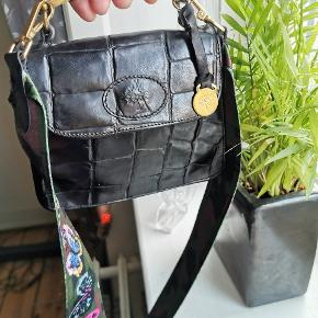 Vintage mulberry croc embossed handbag and comes with a pocket mirror. The shoulder strap is included . Measurements 20x16 cm.