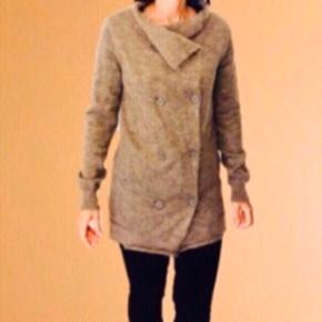 By Malene Birger cardigan i str S 🥰  55% Mohair 30% polyamide 15% wool  13-T