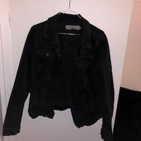 Sort Calvin Klein jakke str. L men passes af small medium og en lille large  Brugt en smule men ingen tegn på slid
