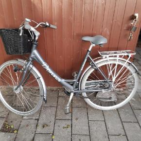 En næsten ny damecykel
