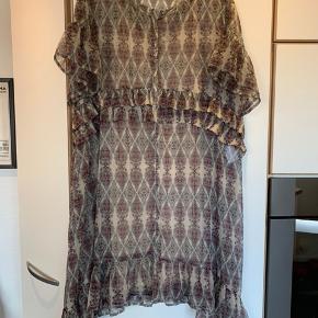 Flot kjole i beige med Bordeaux print - knapper ned foran - ikke gennemknappet - underkjole med.