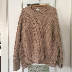 Pitala sweater i alpaca/merino blanding. Str S, men ret stor og passer fint M/L. Made in Italy. Brugt få gange og fremstår stort set som ny. Pris 450,- pp Bytter ikke.