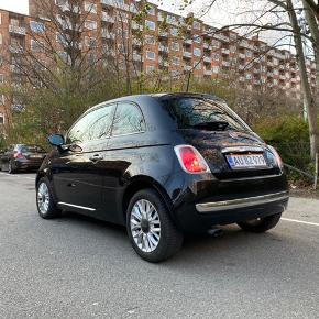 Bil  Fiat 500, 0,9 Twinair, 80 longe, 3D.  Praktisk lille bybil med glastag, fine detaljer og rummeligt bagagerum, hvor sæderne kan lægges ned.  Udstyr: Fuldautomatisk klimaanlæg og Bluetooth.  Kører godt og sælges udelukkende på grund af familieforøgelse.  Monteret med testvindende helårsdæk. Service er passet og har netop fået nyt svinghjul og kobling.  Første indregistreringsdato april 2015.