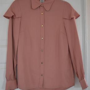 Varetype: Bluse Farve: Lyserød Oprindelig købspris: 1600 kr.  Baum Und Pferdgarten lyserød skjorte med flæseærmer ☺️    Blusen fremstår som ny