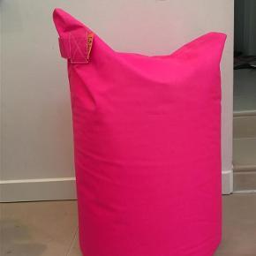 Brand: TRIMM Copenhagen Varetype: Satellite skammel sækkestol Størrelse: 48 cm Farve: Pink Oprindelig købspris: 11250 kr.  HELT NY lækker sækkstol fra TRIMM.