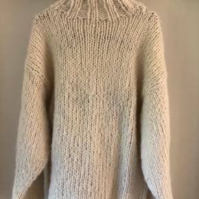 Hjemmestrik i børstet alpakka str. s/m. Matisse sweater fra Laura Dalgaard/Camilla Bast design.
