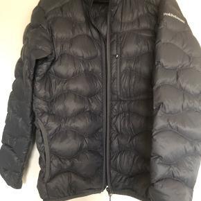 Sælges da jeg ikke får den brugt super fin jakke, brugt én gang!