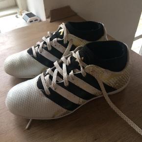 Varetype: Fodboldstøvler Størrelse: 34 Farve: Hvid Oprindelig købspris: 375 kr.  Indendørs fodboldsko. Kun brugt et par gange. Som nye.   Handler mobilpay ved ts betaler køber gebyr