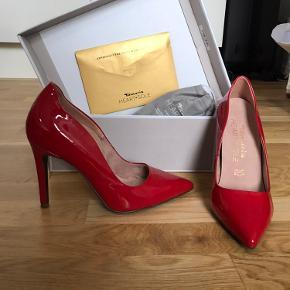 Har brugt dem en enkelt gang, til et restaurant besøg. Står desværre bare. - er Tamaris Heart sole  Kasse og tamarises Heart and sole effect sko sål medfølger.