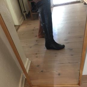 Fin støvle i str 36 i ægte læder.  I fin stand. Dog skal sålen inden i venstre sko skiftet. Brugt nogle gange. Nypris 1400 kr  Sender med DAO - plus evt gebyr og fragt