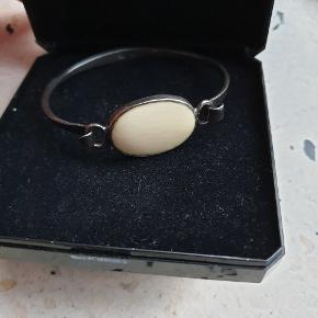 Smuk gammelt armbånd 550kr Mål 18cm Mål på hvid sten 2,5x2,0cm Stemplet 925 og der er et mester stempel som jeg ikke kan tyde. Sender med Dao track and trace