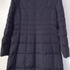 Dejlig varm frakke med dun.lynlås  og to lommer. Længde 101 cm Brystmål 108cm Det er str 5 hvilke svarer til 42/44.