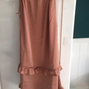 sælger kjolen grundet fejlkøb, har stadig kvittering. vil helst så tæt på den originale pris som muligt :) skriv for flere billeder