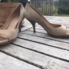 Lækre peep toes med plateau på forfoden - man går SÅ godt i dem👍🏻 Lys sandfarvet ruskind med kitten heels på 7 cm. Trænger til nye hæl-dutter, ellers er de helt uden fejl eller skrammer! Bytter ikke!