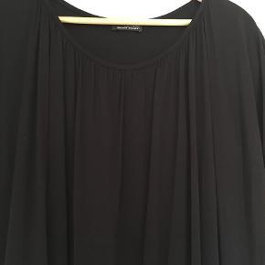 """Varetype: Andet Størrelse: ONE SIZE Farve: Sort Prisen angivet er inklusiv forsendelse.  Fin kjole """"Limited edition"""" - kjolen er 2-lags og er sådan lidt ballon-agtig. Har købt den brugt men kan desværre ikke passe den. Der er ikke str påført i den, så derfor har jeg skrevet onesize.        Æg til æg ca 2x46 cm, er smallere indvendig.        Hel længde ca 2x85 cm        Bytter ikke"""
