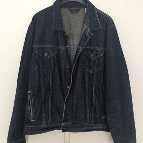 Lækker cowboyjakke fra Ralph Lauren Polo Jeans i str. L. Modellen hedder Velcro Back Jacket. Jakken er brugt men pæn. Der er fire lommer og justering af bredden på ryggen.  Rummelig model.  Afhentes i Gentofte eller sendes på købers regning.