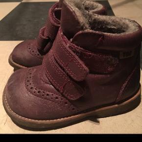 Vi sælger vores datters sko, da de er blevet for små. De er kun brug en kvart sæson. Nypris var 700kr pr par. Det ene par er lyserødt. Det andet er lilla. Den lilla er ekstra foret. Begge er størrelse 21.