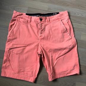 Flotte shorts fra SuperDry. Str L.  Brugt en del men stadig fede en sommer mere.  De har slidt look Fra ikke rygerhjem