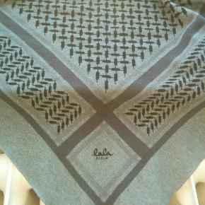 Tørklæde måler: 180 cm x 120 cm.