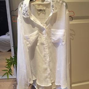 Smuk skjorte med Detaljer på kraven fra Abercrombie & Fitch. Aldrig brugt.