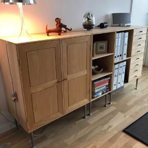 Dansk håndværk fra Jens Hansens Møbelsnedkeri - nypris ca 12.000 kr. I massiv bøg og opdelt i tre sektioner. Mål: 42 cm bred Ca. 180 cm lang 93 cm høj med ben