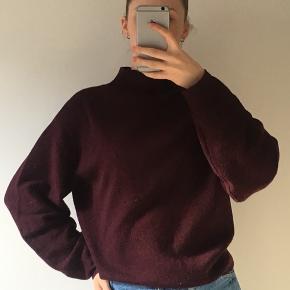 Dejlig trøje i god stand :) Skriv endelig for mere info. Det er en flot bordeaux farve