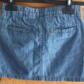 Varetype: Denim Nederdel Farve: Blå  Sød nederdel i blød denim - justerbar linning.   Har kun været brugt 1-2 gange.    Sender gerne med DAO for 35 kr.