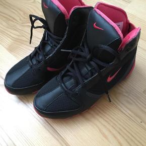 Varetype: Sko Størrelse: 36/5 Farve: Sort/pink Oprindelig købspris: 899 kr.  Super fed sportssko fra Nike, fremstår næsten som ny! :) Mp. 300