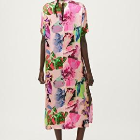 Cool kjole i satin. Spontankøbe og ikke brugt, kun prøvet på. (Fandt ud af at den ikke var lige mig) Tags er fjernet, eller som ny!