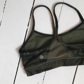 Sælger denne cool Lululemon sportsbh i camouflage. Den passer en normal xs :) Brugt få gange! Indlæg medfølger.  Jeg handler via Tradonos sikre handelssystem 👍🏼