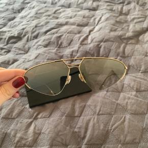 Fineste Dior solbriller. Aldrig brugt og derfor ingen tegn på brug. Fremstår som nye købt på matchesfashion. Etui, pudseklud og sort dior æske medfølger.