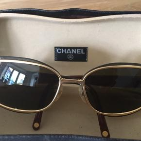 Originale vintage Chanel solbriller. Beskytter godt mod solen men er lyse og derfor behagelige at gå med, hvilket ikke helt fremgår af billederne. Se stelnummer på  sidste billede. I fin stand. Bud er velkomne.