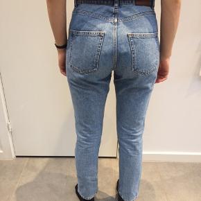 Lyse mom-jeans fra Monki. I størrelse W29, CN 165/74A