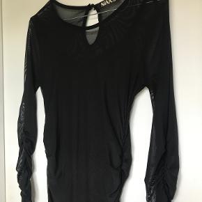 Sort mesh kjole med rynkeeffekt på ærmer og lang siderne.   Kan afhentes i København K eller sendes gennem handel på Trendsales 🌸  Se også mine andre annoncer  🌸