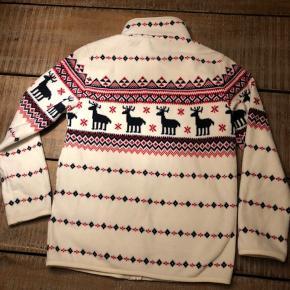 Luksus fleece, råhvid med rensdyr. Perfekt juletrøje. Kun brugt få gange, så intet fnuller, pletter eller lignende. Med lynlås og kantbånd på lommerne. Uktrablød og lækker. Købt i USA, så lidt lille i størrelsen.