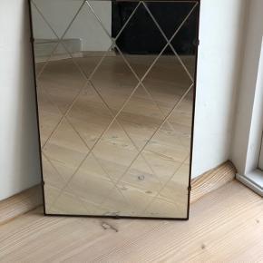 Skønneste harlekinspejl med små messingklemmer. Et fantastisk spejl fra 50'erne. I fin letpatineret stand med få enkelte nister, som den slags gamle spejle har. Men det gør den faktisk kun skønnere, prisen er dog sat derefter. Det kan hænge på begge led, da der er beslag på begge led.  Højde 60cm Bredde 40cm