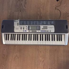 Meget meget fint begynderklaver CASIO KEY LIGHTNING SYSTEM LK-100  61 Keys der alle lyser rødt når de nedtrykkes. På denne måde er klaveret ideelt som begynderklaver, da man med de lysende toner kan vælge en af de 100 sange, og så få vist hvilke tangenter man skal holde nede.   Ikke vægtede tangenter, men 100 forskellige sange, 100 forskellige lyde og 50 rytmer.